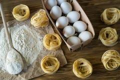 Οι προετοιμασίες για την παραγωγή των σπιτικών ζυμαρικών Στοκ φωτογραφία με δικαίωμα ελεύθερης χρήσης