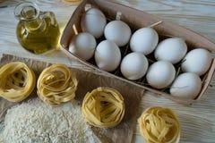 Οι προετοιμασίες για την παραγωγή των σπιτικών ζυμαρικών Στοκ Εικόνα