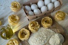Οι προετοιμασίες για την παραγωγή των σπιτικών ζυμαρικών Στοκ Εικόνες