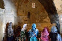 Οι προσκυνητές είναι κοντά στον τάφο στην εκκλησία του Άγιου Βασίλη Στοκ Εικόνες