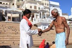 Οι προσκυνητές εκτελούν τα θρησκευτικά τελετουργικά στις τράπεζες της λίμνης Pushkar Στοκ Φωτογραφία