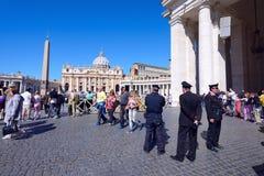 Οι προσκυνητές σύλλεξαν στην πλατεία Αγίου Peter σε Βατικανό Στοκ εικόνες με δικαίωμα ελεύθερης χρήσης