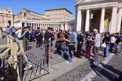 Οι προσκυνητές σύλλεξαν στην πλατεία Αγίου Peter σε Βατικανό Στοκ εικόνα με δικαίωμα ελεύθερης χρήσης