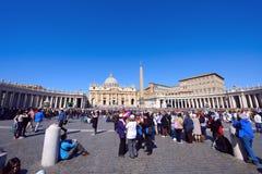 Οι προσκυνητές σύλλεξαν στην πλατεία Αγίου Peter σε Βατικανό Στοκ φωτογραφία με δικαίωμα ελεύθερης χρήσης