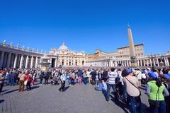 Οι προσκυνητές σύλλεξαν στην πλατεία Αγίου Peter σε Βατικανό Στοκ Εικόνες