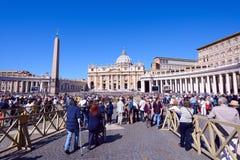 Οι προσκυνητές σύλλεξαν στην πλατεία Αγίου Peter σε Βατικανό Στοκ φωτογραφίες με δικαίωμα ελεύθερης χρήσης