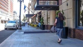 Οι προστάτες απολαμβάνουν το σκιερό πεζοδρόμιο δειπνώντας σε Broadway, Πόρτλαντ, Orego Στοκ Φωτογραφία