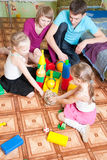 οι πρόγονοι παιδιών παίζουν το τους στοκ φωτογραφία