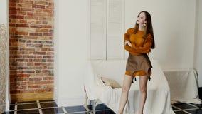 Οι πρότυπες αλλαγές αυτή θέτουν στο στούντιο, κορίτσι στα καθιερώνοντα τη μόδα ενδύματα με το μοντέρνο makeup απόθεμα βίντεο