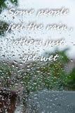"""Οι πτώσεις βροχής στο παράθυρο με το κείμενο """"μερικοί άνθρωποι αισθάνονται τη βροχή, άλλοι παίρνουν ακριβώς υγροί """" στοκ φωτογραφία με δικαίωμα ελεύθερης χρήσης"""