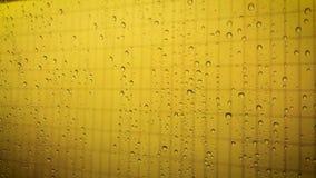 Οι πτώσεις νερού στο υπόβαθρο χρωμάτων κλείνουν επάνω απόθεμα βίντεο