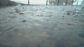 Οι πτώσεις της βροχής στο κατάστρωμα ενός πλοίου ελλιμένισαν στο θλιβερό, βροχερό καιρό λιμένων απόθεμα βίντεο