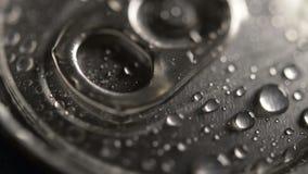 Οι πτώσεις του νερού σε ένα μέταλλο μπορούν καπάκι φιλμ μικρού μήκους