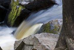 οι πτώσεις χαλκού σταθμεύουν το μικρό κράτος ορμητικά σημείων ποταμού Στοκ Εικόνες