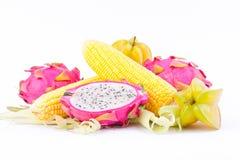 οι πυρήνες σπαδίκων γλυκού καλαμποκιού και το pitaya φρούτων δράκων και το carambola φρούτων αστεριών στα άσπρα φρούτα και λαχανι στοκ εικόνα