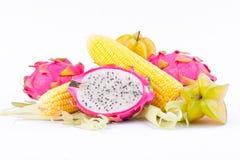 οι πυρήνες σπαδίκων γλυκού καλαμποκιού και το pitaya φρούτων δράκων και το carambola φρούτων αστεριών στα άσπρα φρούτα και λαχανι στοκ εικόνες