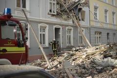 Οι πυροσβέστες έχουν διαχειριστεί βριαλμένος και διασωθείς το πρώτο άτομο α Στοκ Εικόνες
