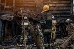 Οι πυροσβέστες εξαφανίζουν την πυρκαγιά στοκ φωτογραφίες