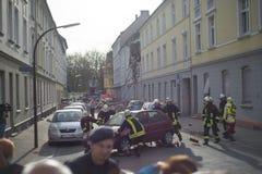 Οι πυροσβέστες προσπαθούν να βάλουν έξω ένα αυτοκίνητο και ελεύθερος η ζώνη μετά από ένα ο Στοκ Εικόνα
