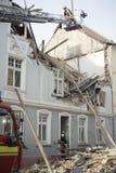Οι πυροσβέστες προσπαθούν να βάλουν έξω το πρώτο άτομο που βρίσκεται και διασωθε'ν Στοκ Εικόνες