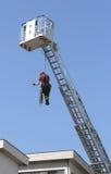 Οι πυροσβέστες σβήνουν την πυρκαγιά με τον άσπρο αφρό Στοκ εικόνα με δικαίωμα ελεύθερης χρήσης