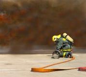 Οι πυροσβέστες σε λειτουργία περιβάλλουν με τον καπνό Στοκ φωτογραφία με δικαίωμα ελεύθερης χρήσης