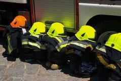 οι πυροσβέστες συνδέο&upsil Στοκ Φωτογραφία
