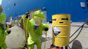 Οι πυροσβέστες σφραγίζουν τη διαρροή των επικίνδυνων διαβρωτικών τοξικών υλικών Στοκ Φωτογραφίες