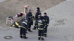 Οι πυροσβέστες τύπων θερμαίνουν στην κατάρτιση πρίν περνούν τα πρότυπα στις ασκήσεις, BOBRUISK, ΛΕΥΚΟΡΩΣΊΑ 27 02 19 απόθεμα βίντεο