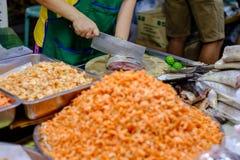 Οι πωλητές χρησιμοποιούν ένα μεγάλο κομμένο μαχαίρι οργανικό ψάρι, χρησιμοποιώντας ένα preser Στοκ Εικόνες