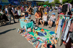 Οι πωλητές του από δεύτερο χέρι bazaar περιμένουν τον πελάτη Στοκ φωτογραφία με δικαίωμα ελεύθερης χρήσης