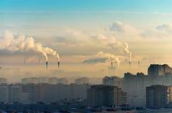 Οι πόλεις και ο βιομηχανικός καπνός καλύπτουν τον ουρανό Στοκ φωτογραφίες με δικαίωμα ελεύθερης χρήσης