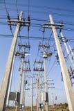 Οι πόλοι ηλεκτρικής δύναμης στην ηλεκτρική ενέργεια έπρεπε να τροφοδοτήσουν ένα ele Στοκ Φωτογραφίες
