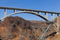 Οι πύργοι ηλεκτρικής ενέργειας περιβάλλουν την αναμνηστική γέφυρα Tillman ελαφριού κτυπήματος στο Β στοκ εικόνες