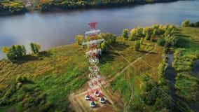 Οι πύργοι κρατούν τα καλώδια που διαβιβάζουν την ενέργεια στην επαρχία απόθεμα βίντεο