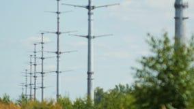 Οι πύργοι μετάδοσης υψηλής τάσης κρατούν τα ηλεκτρικά καλώδια φιλμ μικρού μήκους
