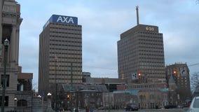Οι πύργοι του AXA σε ένα συννεφιάζω πρωί απόθεμα βίντεο