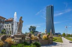 Οι πύργοι Hadid που βλέπουν από την πηγή τεσσάρων εποχών, Giulio Cesare Square, 3 Torri, Μιλάνο, Ιταλία Στοκ φωτογραφία με δικαίωμα ελεύθερης χρήσης