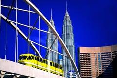 Οι πύργοι Petronas και ο μονοτρόχιος σιδηρόδρομος Στοκ φωτογραφία με δικαίωμα ελεύθερης χρήσης