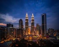 Οι πύργοι Petronas φωτίζουν τη νύχτα στοκ φωτογραφίες
