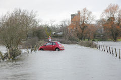 Οι πλημμύρες καταπίνουν το κόκκινο αυτοκίνητο Στοκ φωτογραφίες με δικαίωμα ελεύθερης χρήσης