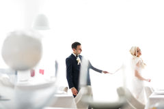 Οι πλούσιοι καλλωπίζουν και η χλόη τοίχων υποβάθρου huggingoutdoor νυφών θερμαίνει το α Στοκ εικόνα με δικαίωμα ελεύθερης χρήσης