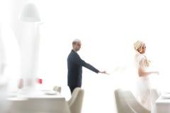 Οι πλούσιοι καλλωπίζουν και η χλόη τοίχων υποβάθρου huggingoutdoor νυφών θερμαίνει το α Στοκ φωτογραφίες με δικαίωμα ελεύθερης χρήσης