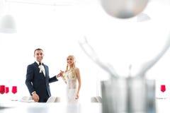 Οι πλούσιοι καλλωπίζουν και η χλόη τοίχων υποβάθρου huggingoutdoor νυφών θερμαίνει το α Στοκ εικόνες με δικαίωμα ελεύθερης χρήσης