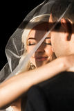 Οι πλούσιοι καλλωπίζουν και η χλόη τοίχων υποβάθρου huggingoutdoor νυφών θερμαίνει το α Στοκ φωτογραφία με δικαίωμα ελεύθερης χρήσης