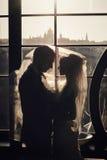 Οι πλούσιοι καλλωπίζουν και η χλόη τοίχων υποβάθρου huggingoutdoor νυφών θερμαίνει το α Στοκ Εικόνες