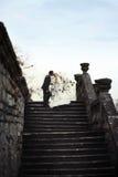 Οι πλούσιοι καλλωπίζουν και η χλόη τοίχων υποβάθρου huggingoutdoor νυφών θερμαίνει το α Στοκ Φωτογραφίες