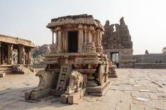 Οι πλούσιοι χάρασαν το άρμα πετρών μέσα στον ινδό ναό Vittala στην αρχαία περιοχή Hampi, Karnataka, Ινδία Στοκ Εικόνες