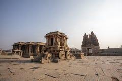 Οι πλούσιοι χάρασαν το άρμα πετρών μέσα στον ινδό ναό Vittala στην αρχαία περιοχή Hampi, Karnataka, Ινδία Στοκ εικόνες με δικαίωμα ελεύθερης χρήσης
