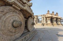 Οι πλούσιοι χάρασαν το άρμα πετρών μέσα στον ινδό ναό Vittala στην αρχαία περιοχή Hampi, Karnataka, Ινδία Στοκ εικόνα με δικαίωμα ελεύθερης χρήσης